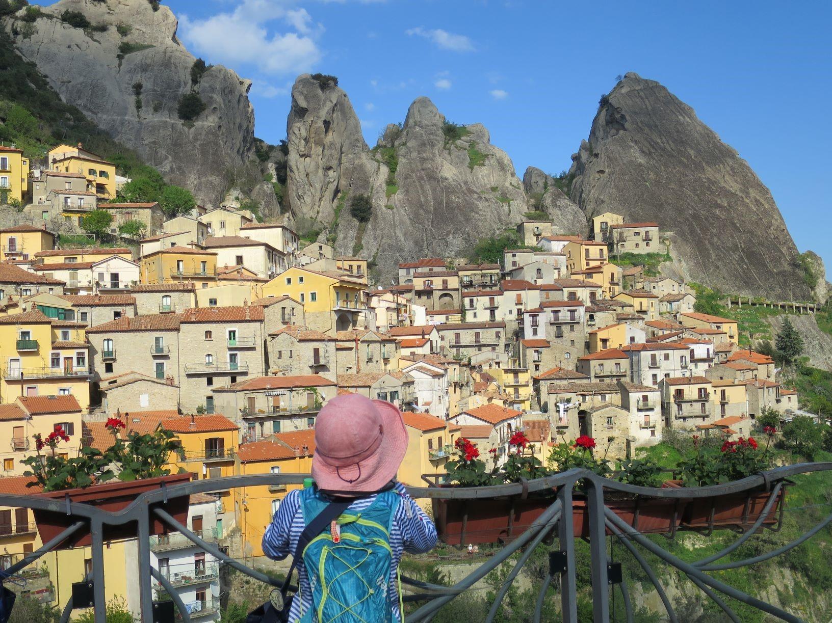 「イタリアの最も美しい村」のひとつ、カステルメッツァーノのかわいらしい村(6日目)