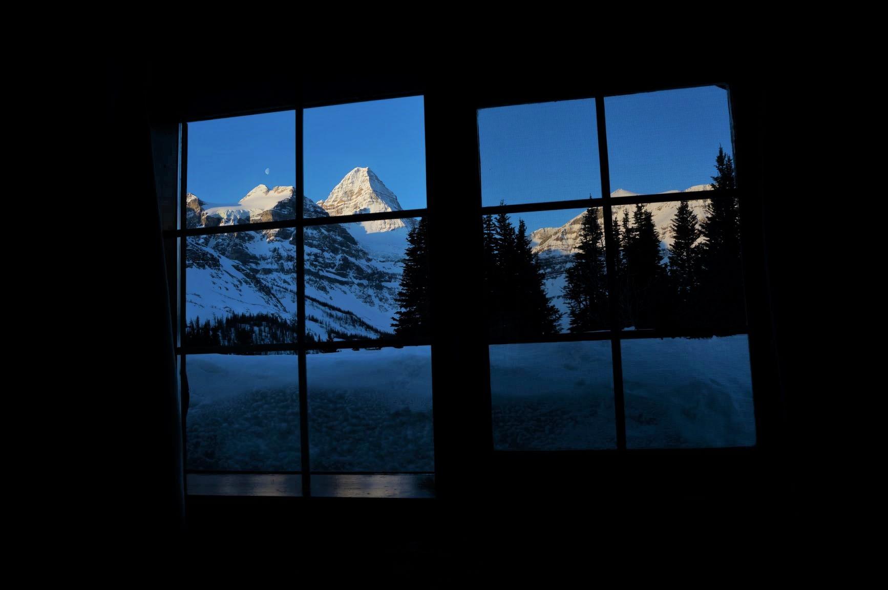 ロッジの窓から眺めるMt.アシニボイン