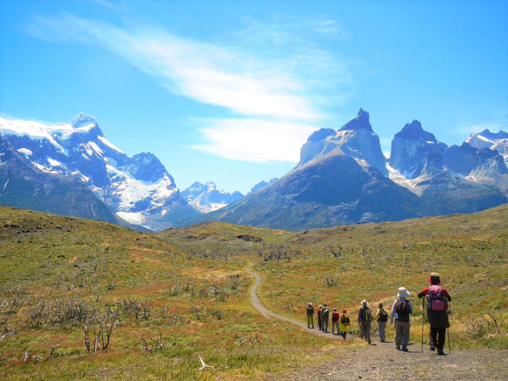 陽光降り注ぐ中、パイネ・クエルノ(パイネの角)に向かってハイキングを楽しむ(9日目)