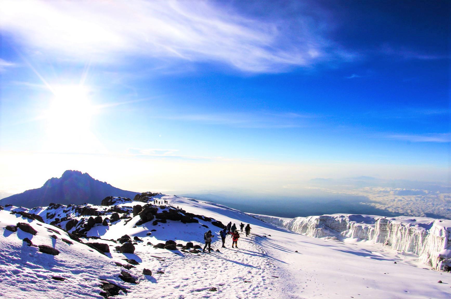アフリカ大陸最高峰キリマンジャロ(5,895m)の頂上稜線を行く