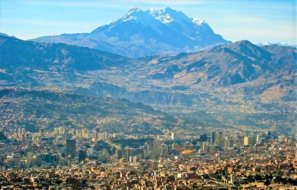 ラパス背後に聳えるレアル山脈の最高峰イリマニ