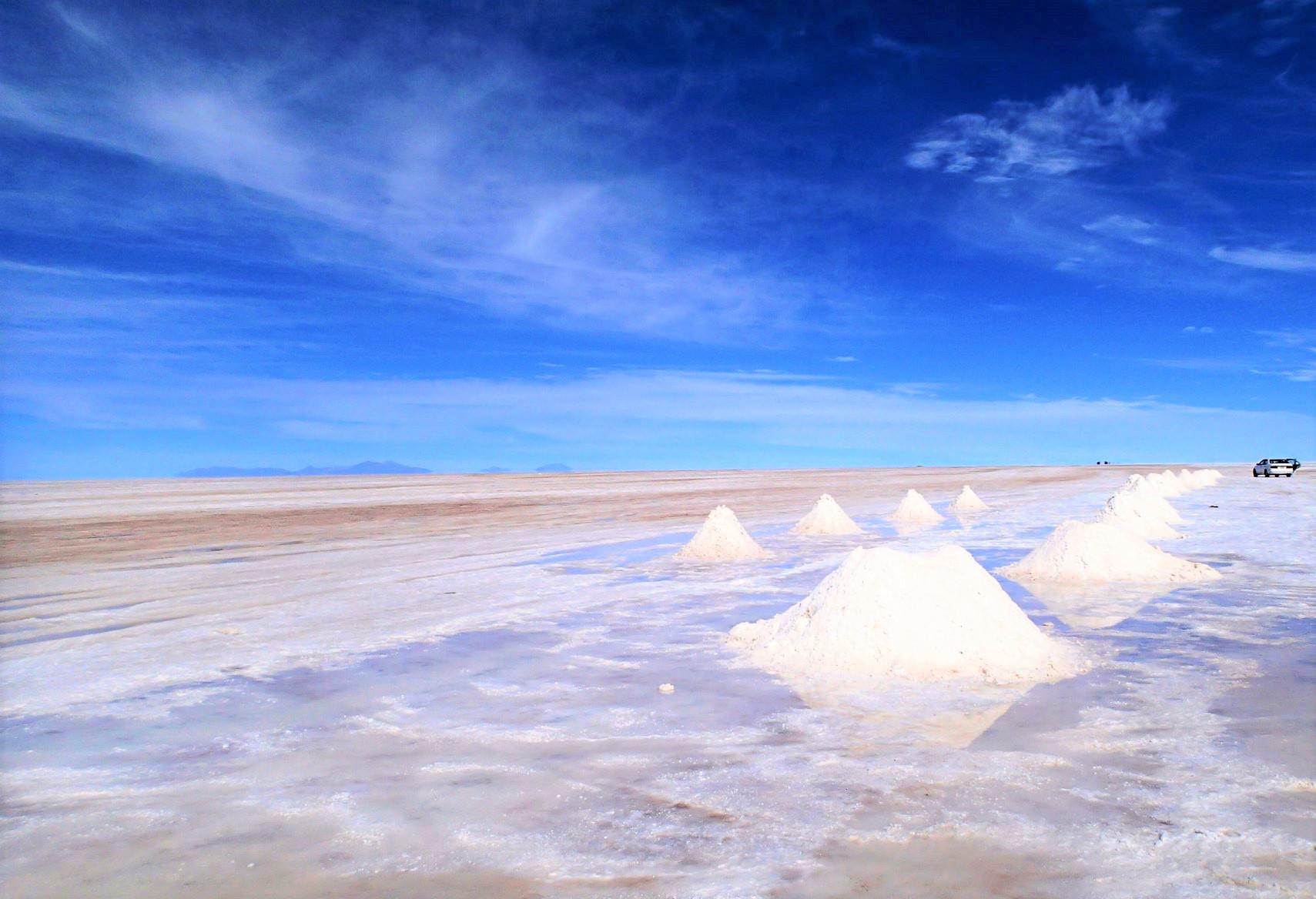 湖からの塩採取場