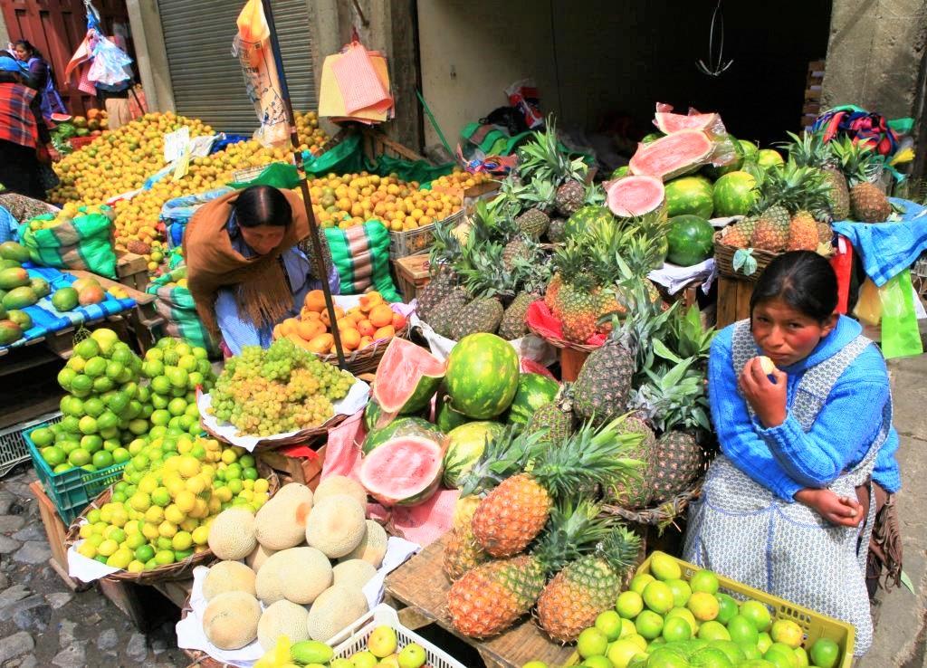 市場に集まる豊富な果物