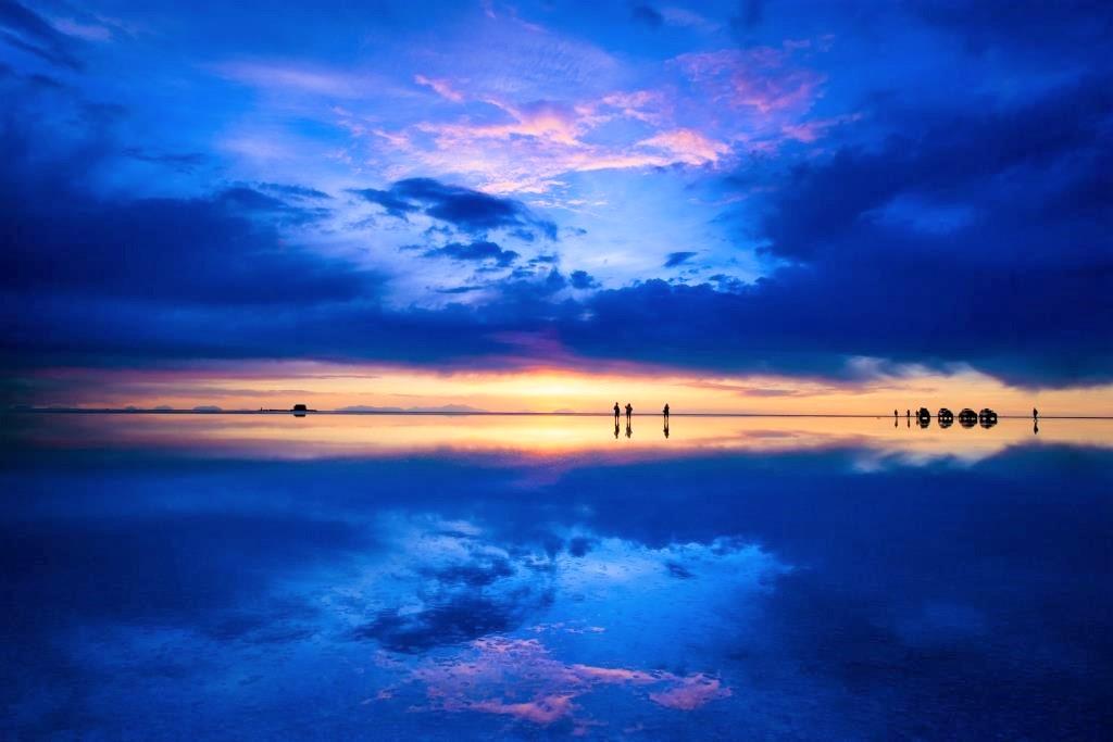 宇宙空間のような夕陽に染まるウユニ塩湖