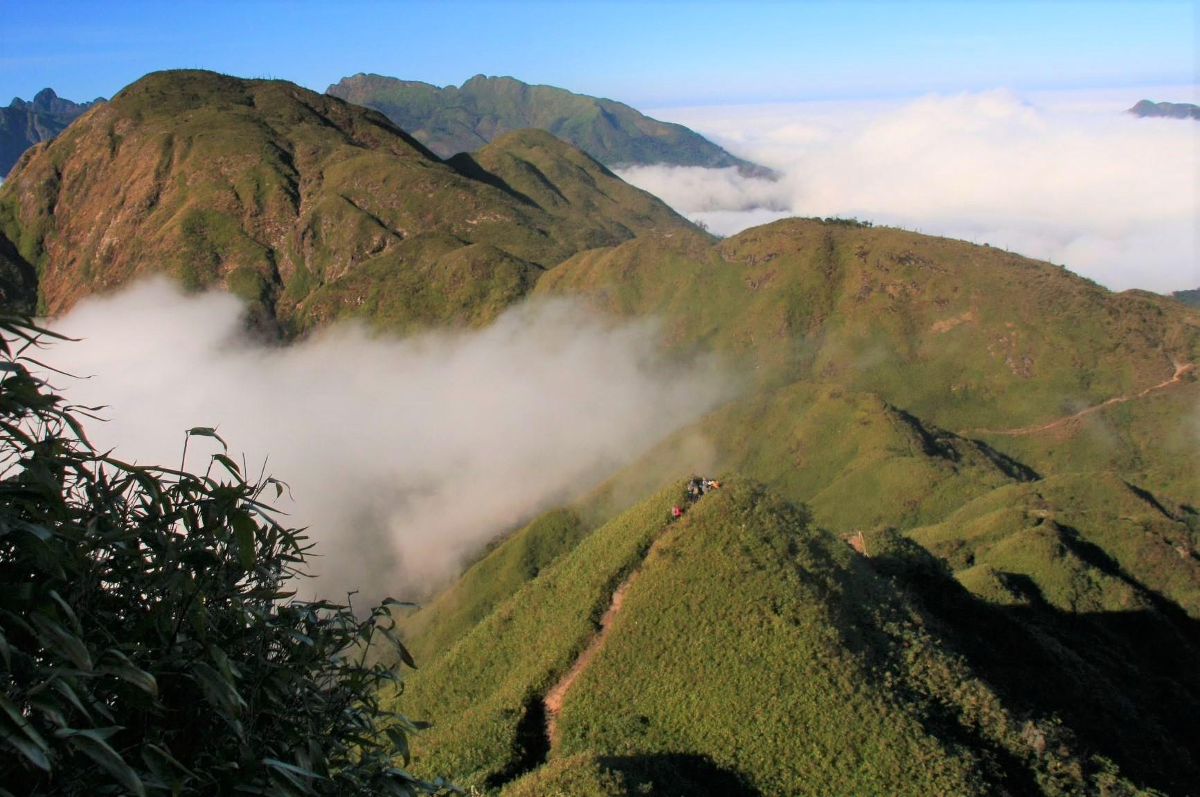 第1キャンプを越え、眺めの良い笹原の稜線を行く(3日目)