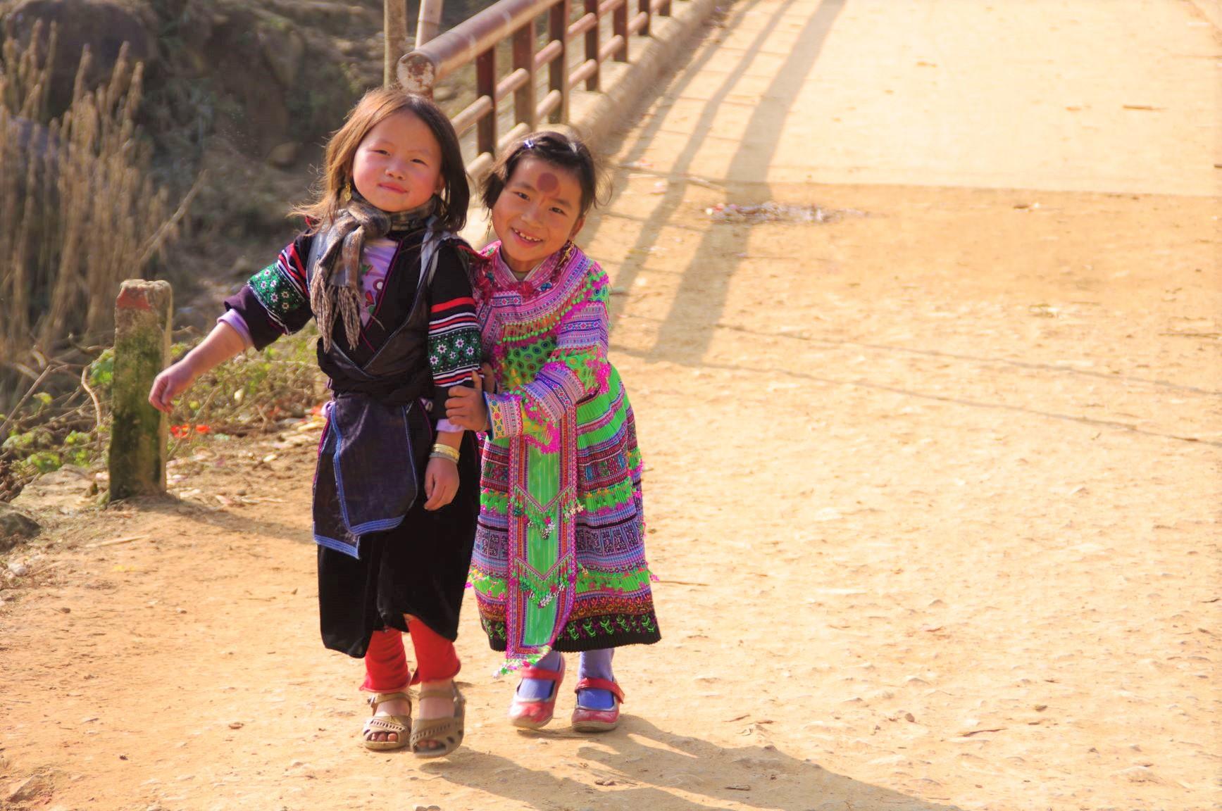 カラフルな民族衣装を身にまとった子ども達(2日目)