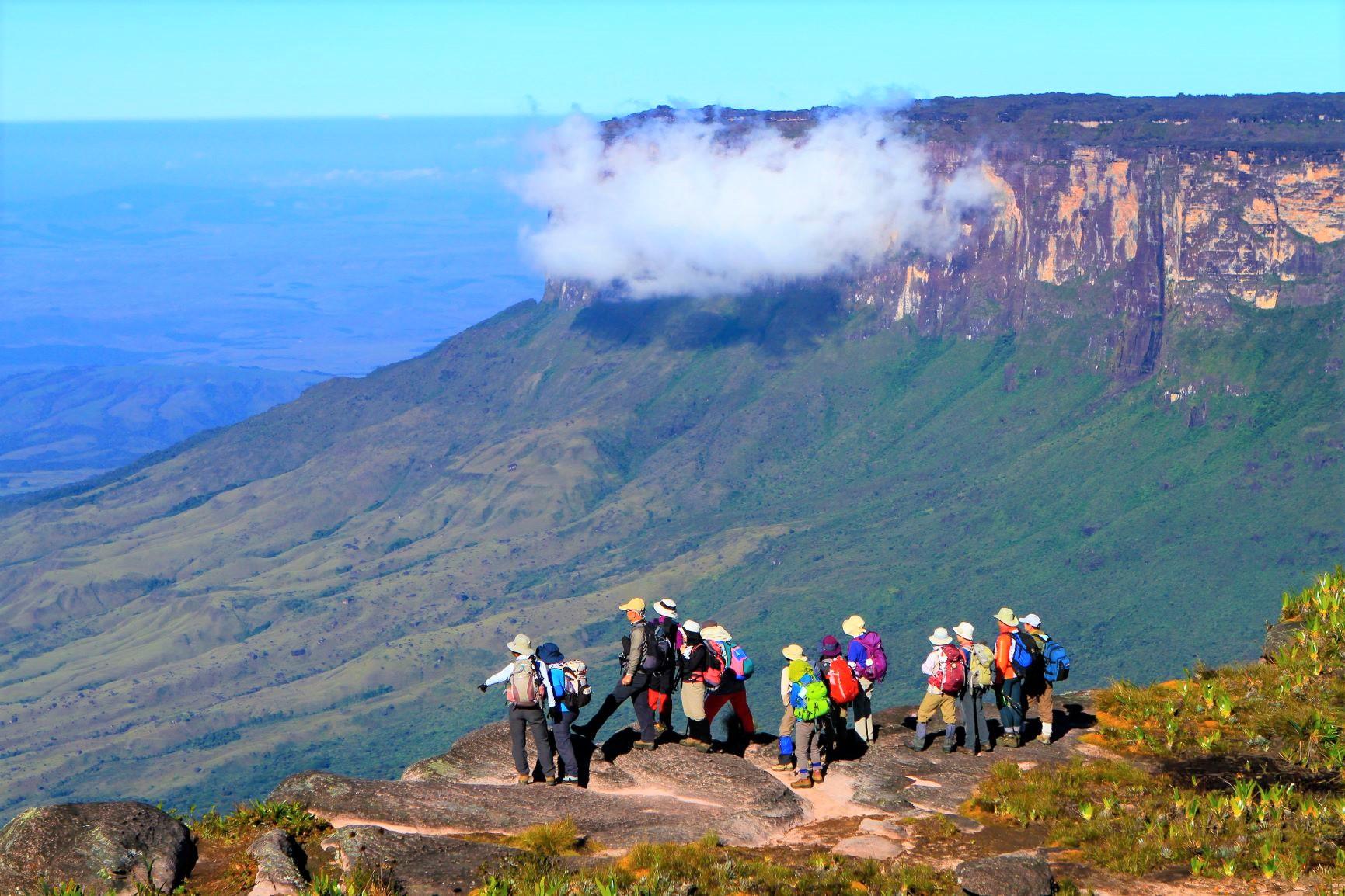ロライマ山頂上台地より、クケナン(2,600m)をのぞむ(4日目・5日目)