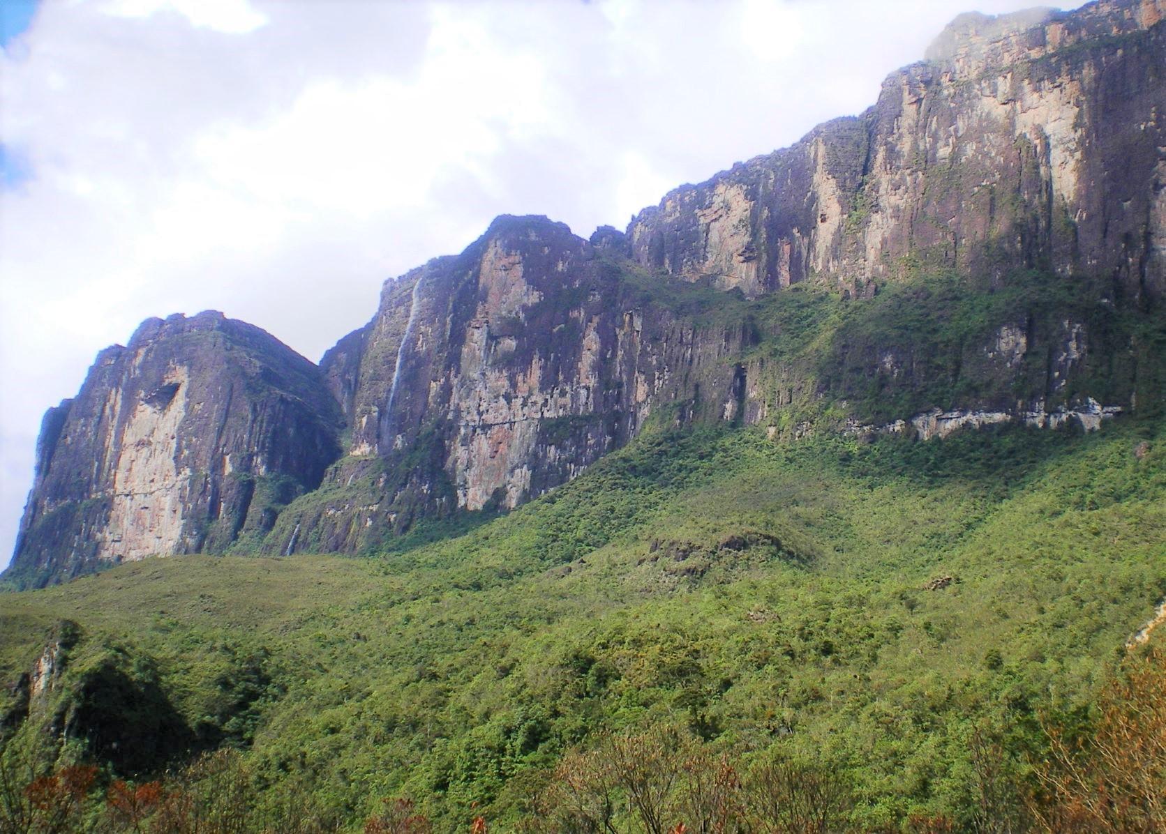 流れ落ちる滝を横目にこの断崖を下る