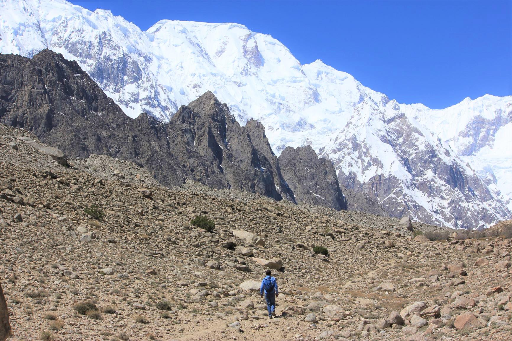 グルキンを出発し、ウルタルⅡ峰(7,388m)を望みながら歩く(5日目)