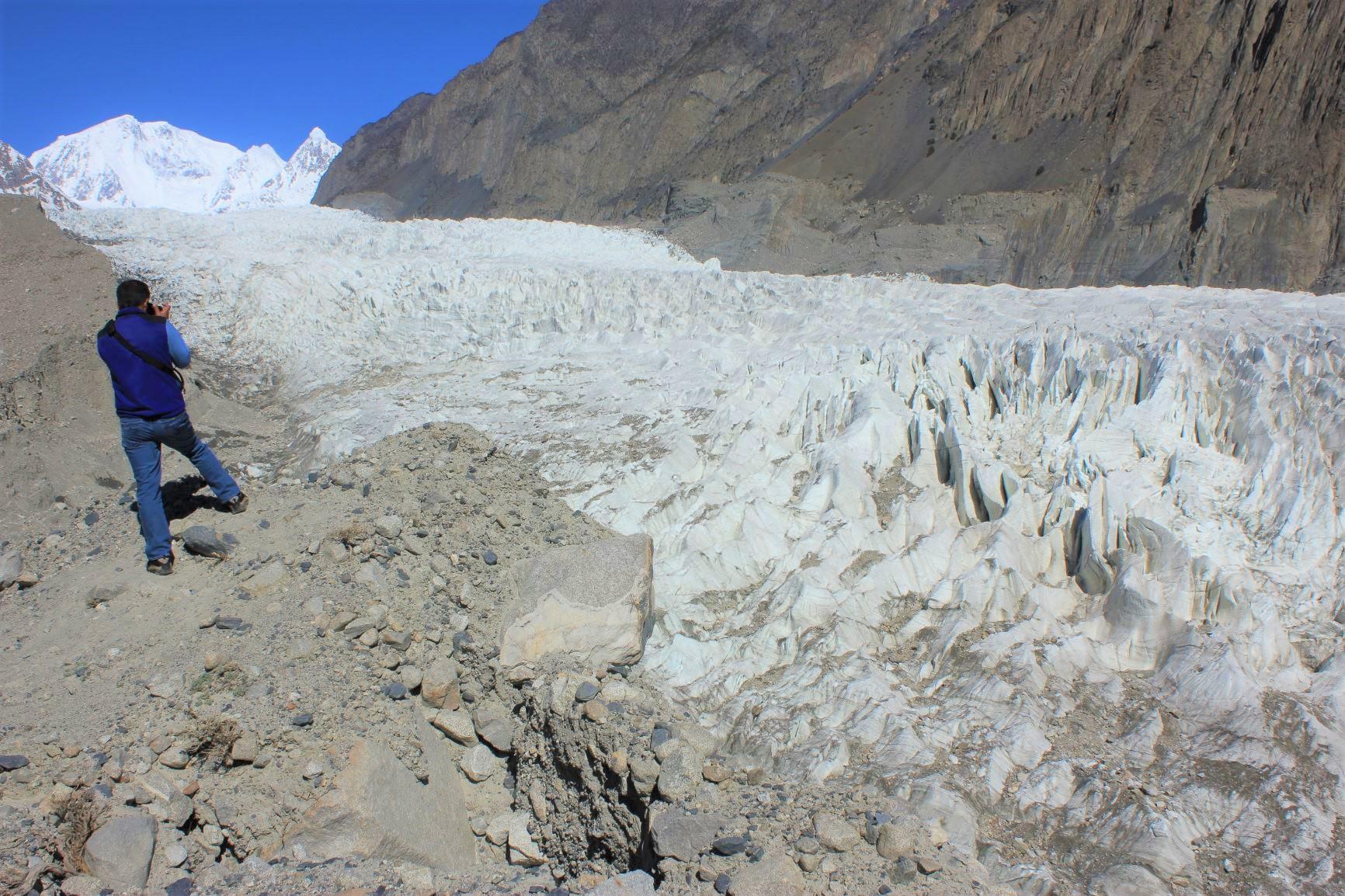 白い氷塔が乱立するパスー氷河(5日目)