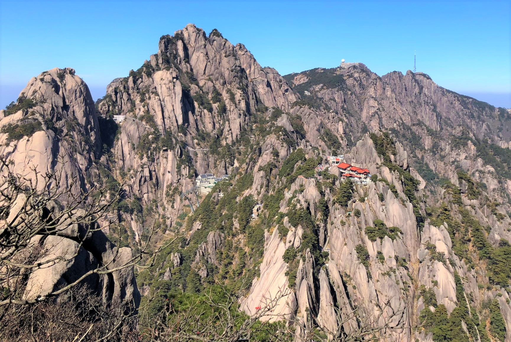 最高峰・蓮花峰(1,864m)と玉塀楼