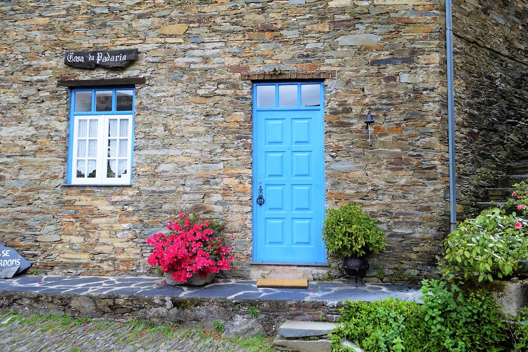 扉や窓枠はすべて青で統一