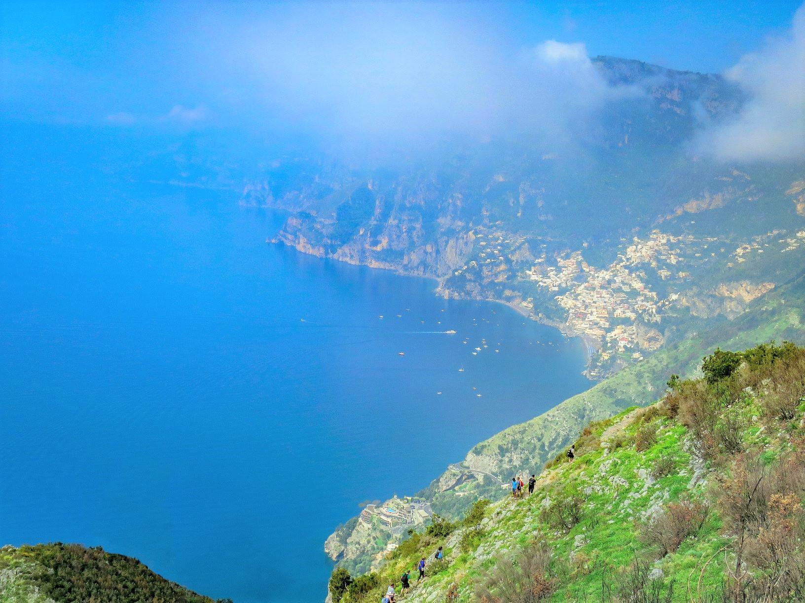 アマルフィ海岸の「神々の道」をハイキング、ポジターノの街(右上)を遠くに望む(3日目)