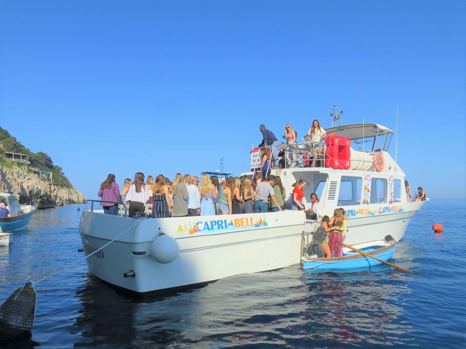 青の洞窟へは船から手漕ぎボートに乗り換える(5日目)