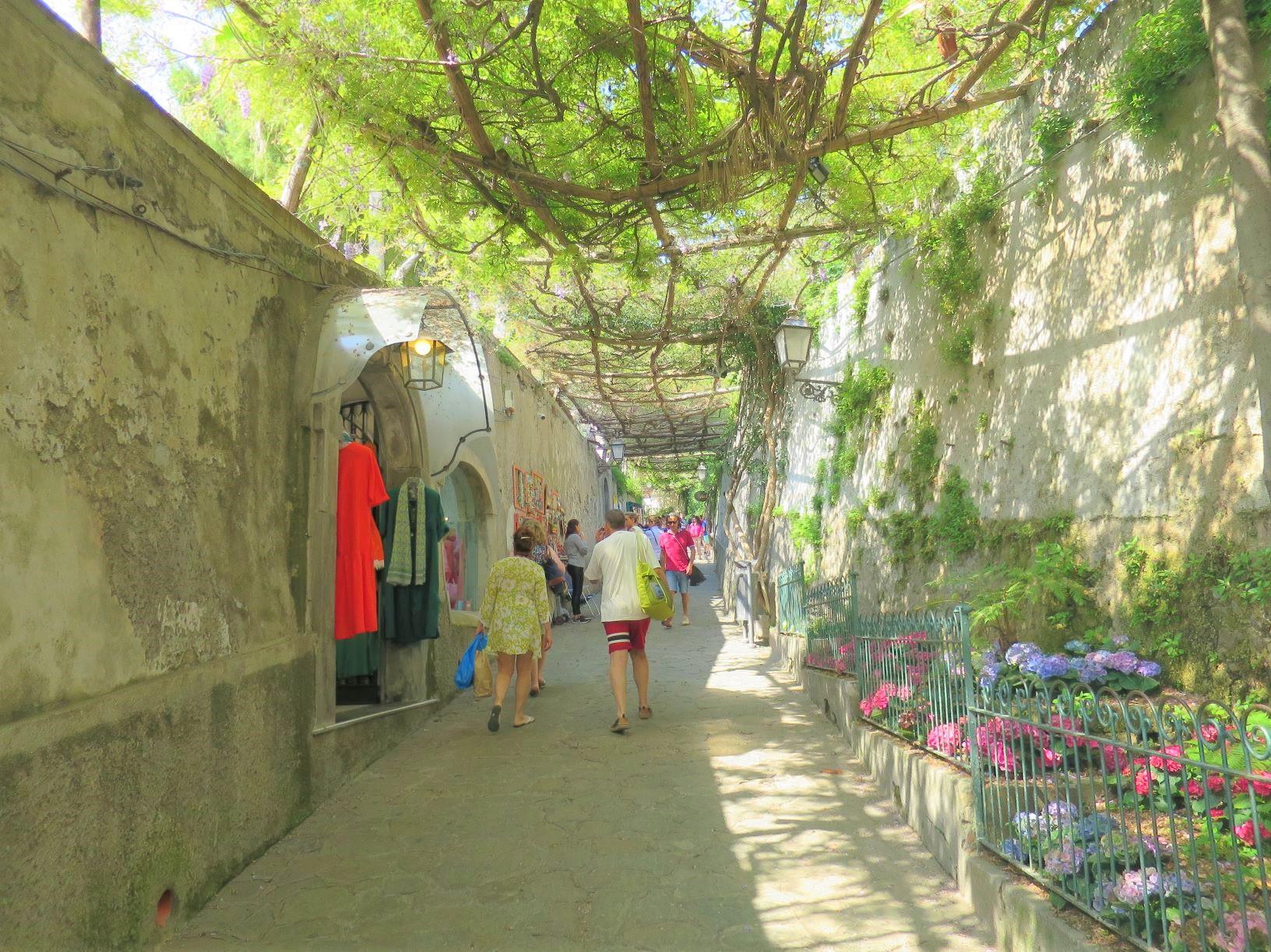 緑陰の白い路地が美しいポジターノの街(3日目)