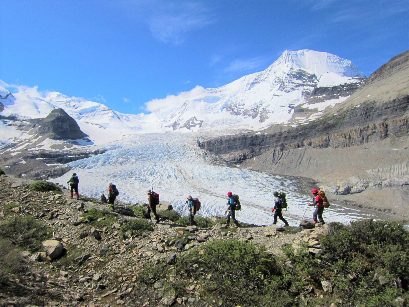 カナディアン・ロッキー最高峰Mt.ロブソン(3,954m)の北壁とロブソン氷河の大展望が広がる