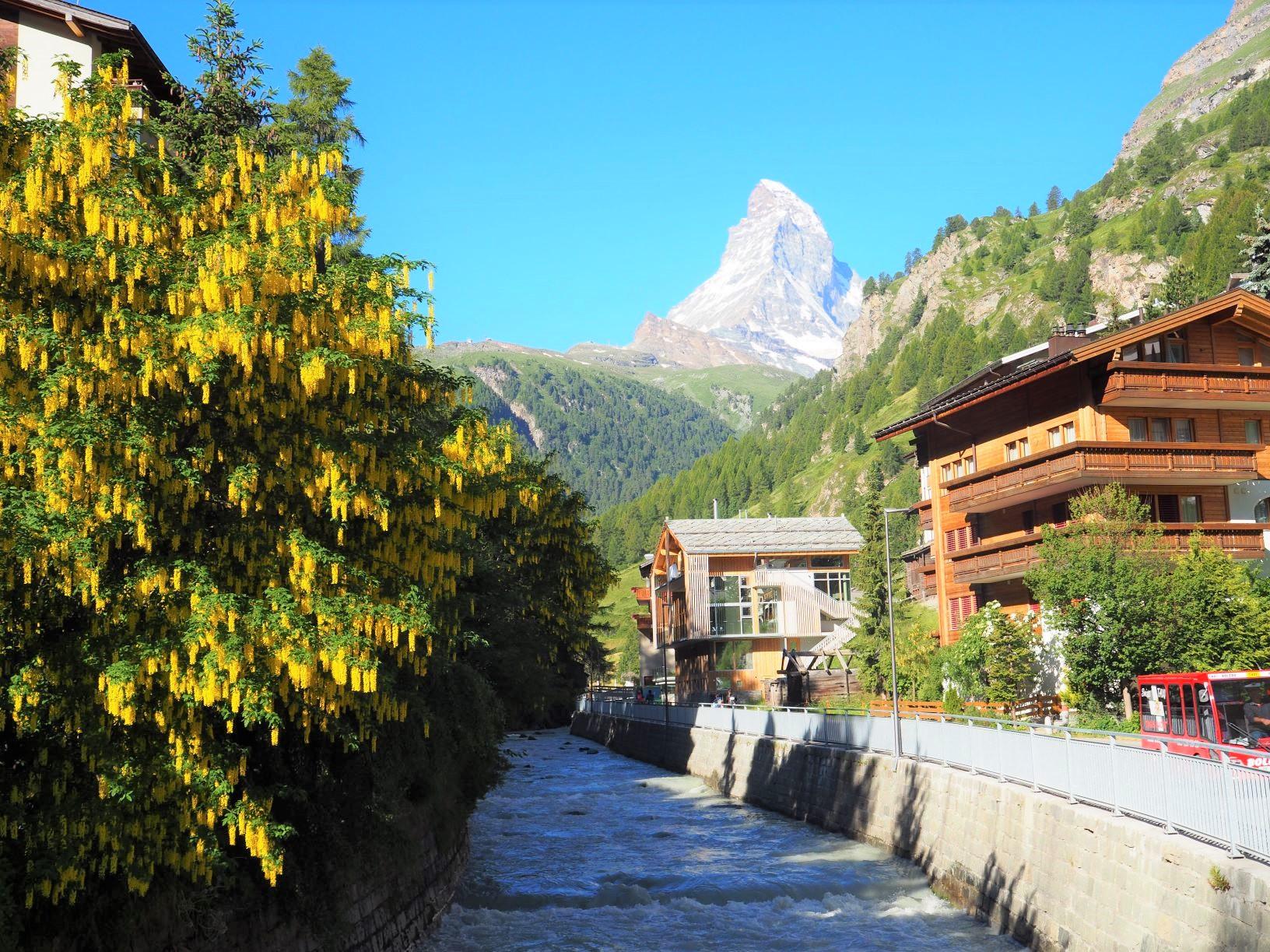 ツェルマットの村からフィスパ川とマッターホルン(4,479m)