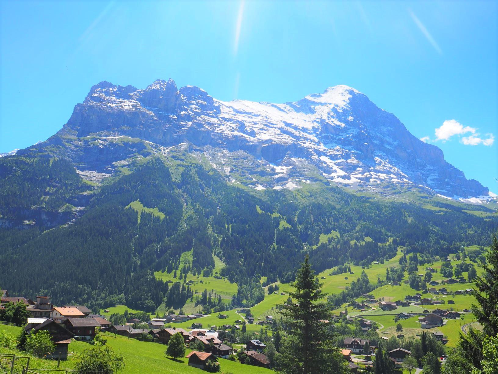 グリンデルワルトの村から眺めるアイガー(3,970m)