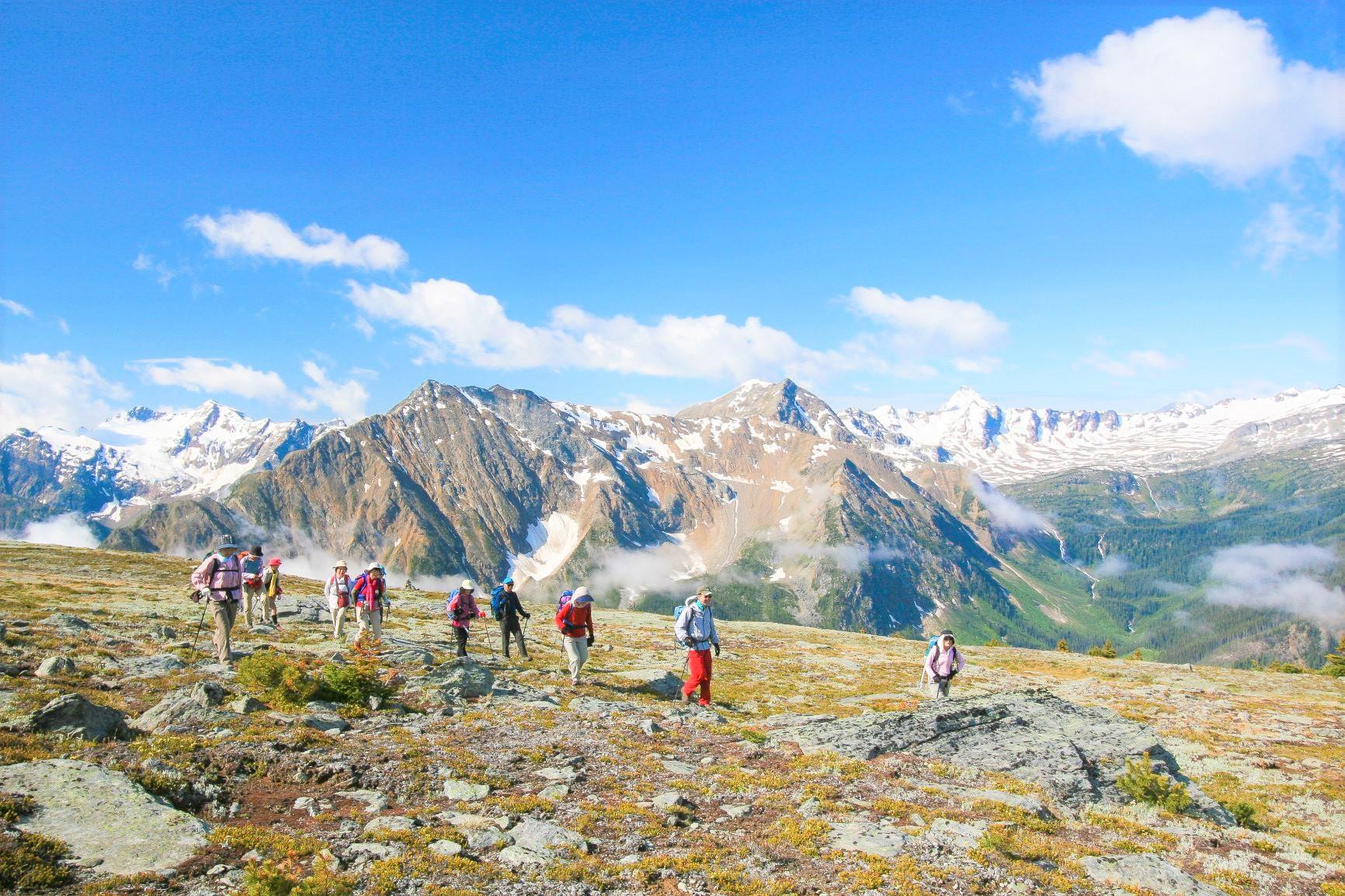 ロッキー山脈とセルカーク山脈に挟まれた大展望の稜線散歩が楽しめる