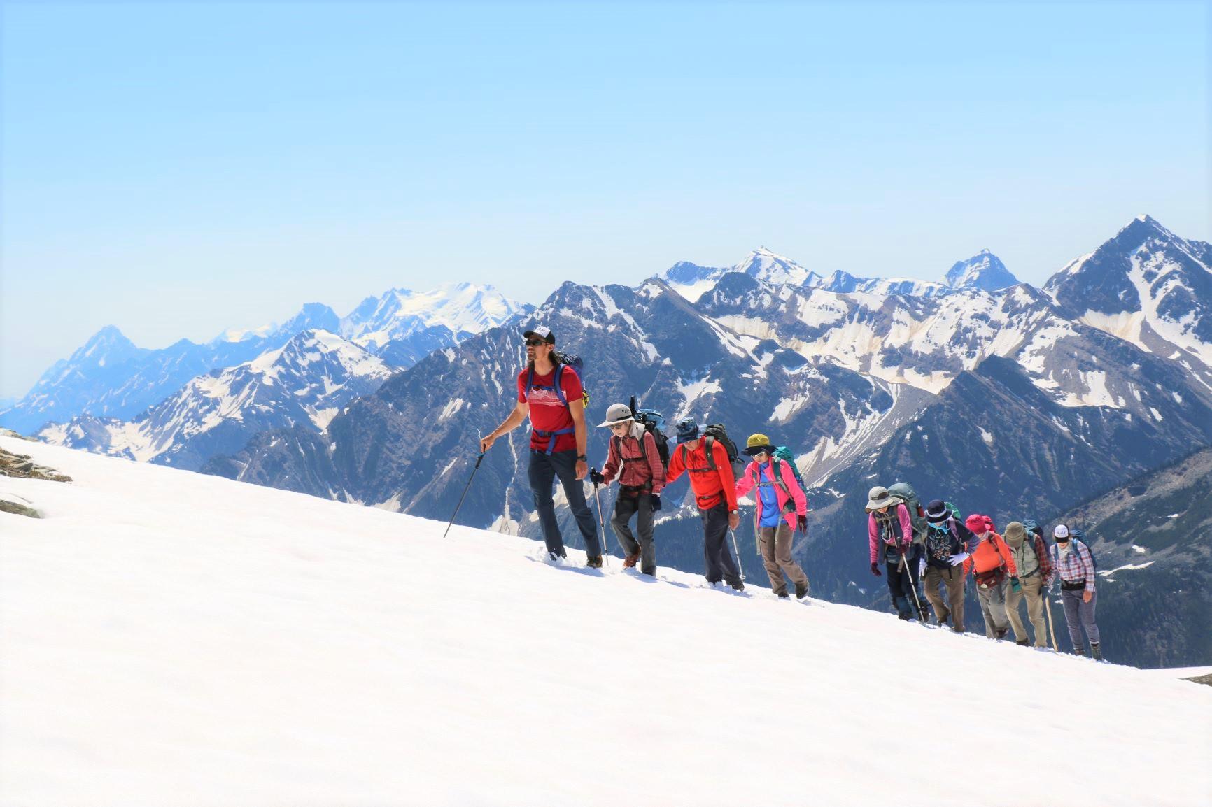 絶景の中の雪渓歩きも楽しめる(7月上旬)