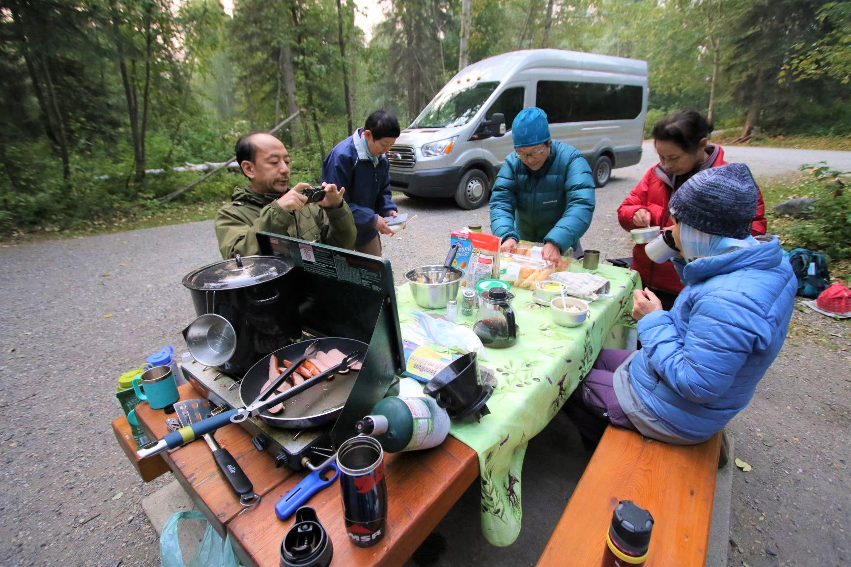 みんなでキャンプ生活を楽しむ