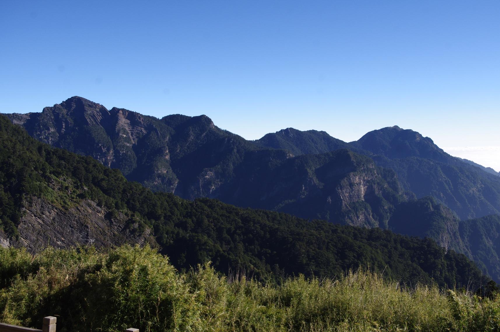 台湾百岳の武陵四秀の山々を望む