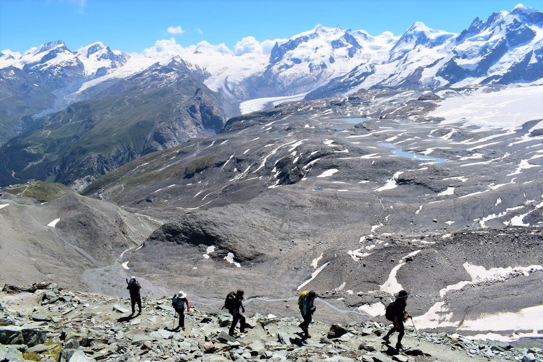 ヘルンリ小屋へ向かう最後のつづら折りの登り。背後はヴァリス山群の山並み(6日目)