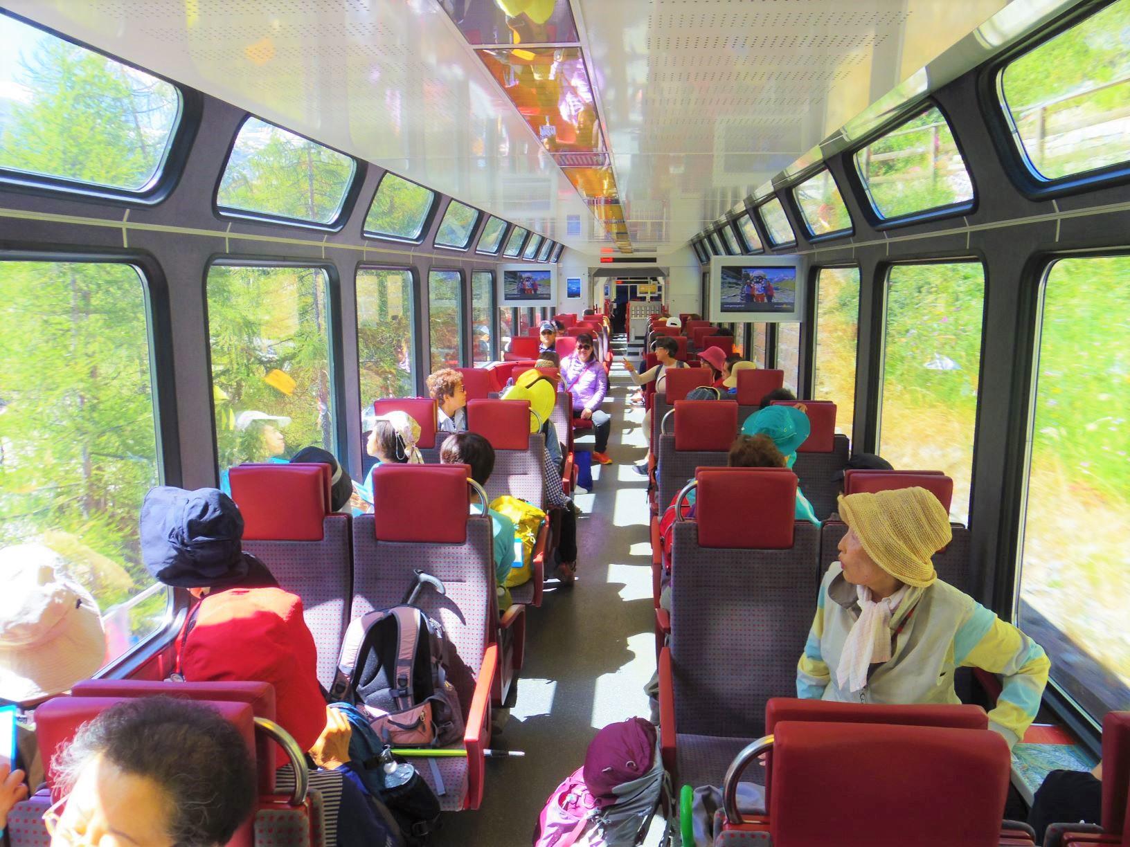 スイスでは列車での移動も楽しい時間