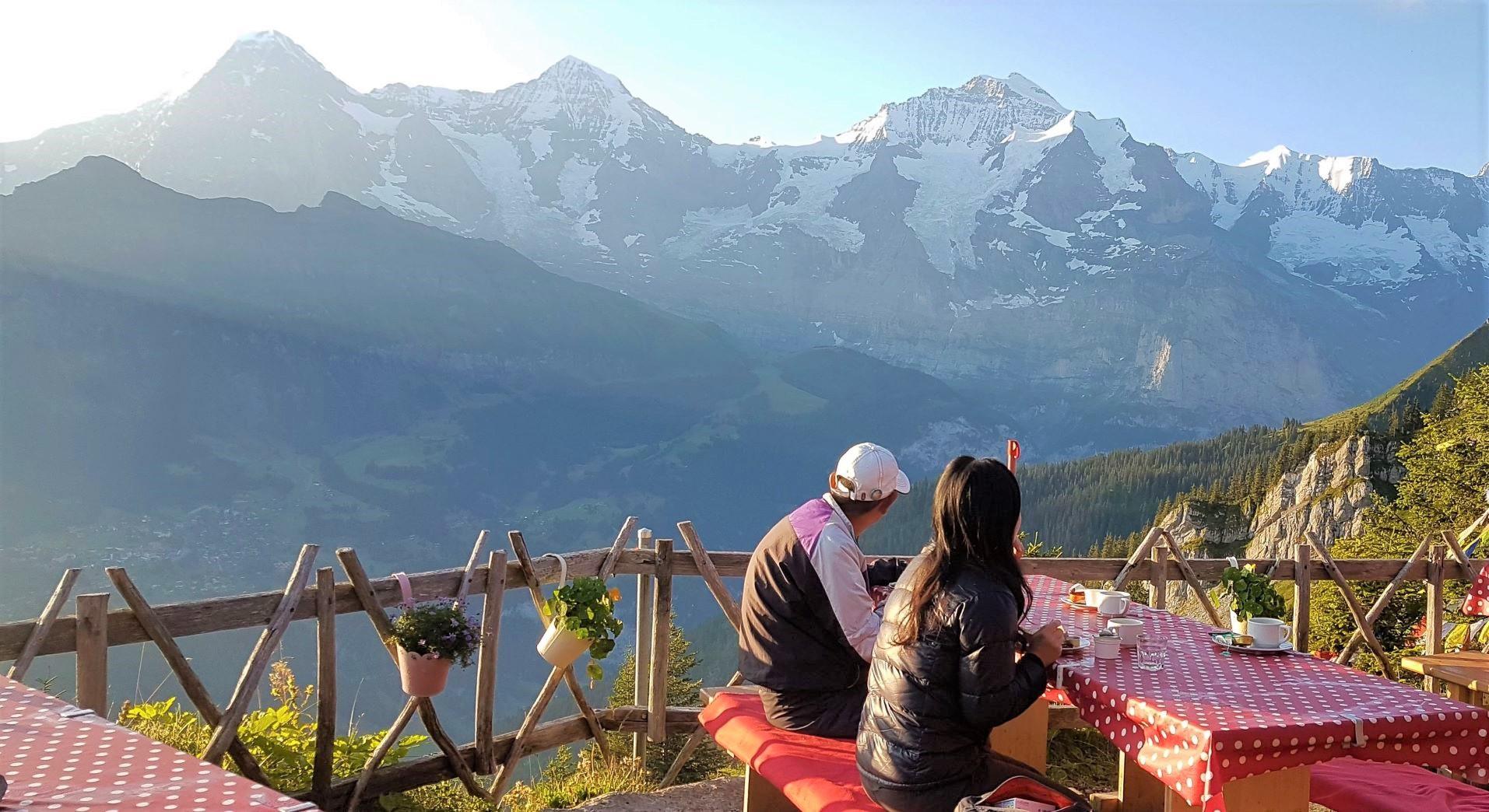 テラスでアルプスの山並みを見ながら朝食を食べる