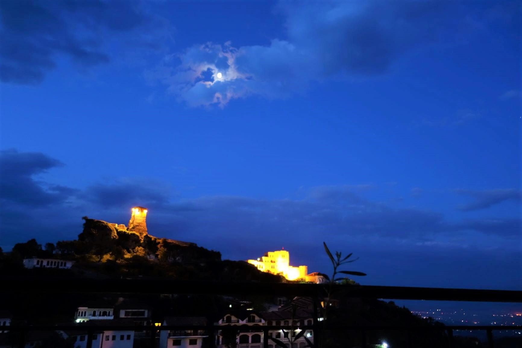 月光に照らされた夜のクルヤ城(2日目)