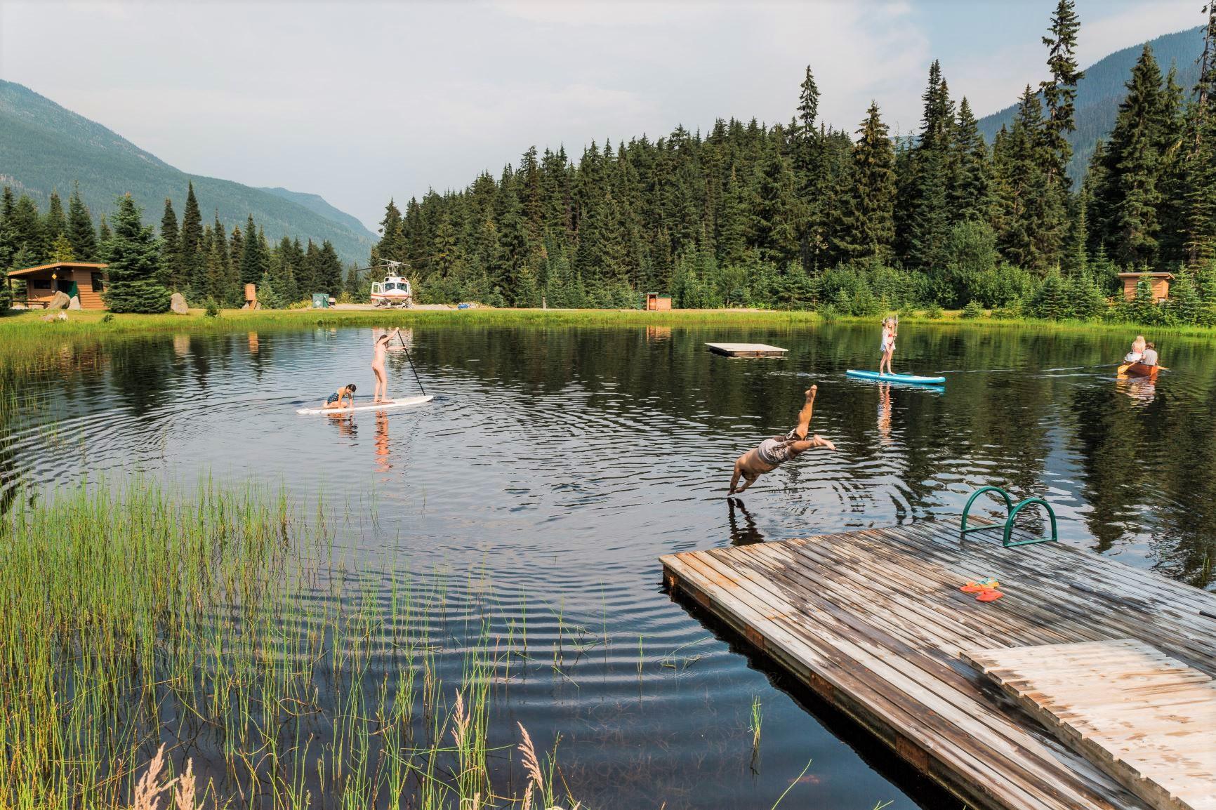 ロッジ前の湖で水遊び ©CMH Cariboos_JesseTamayo