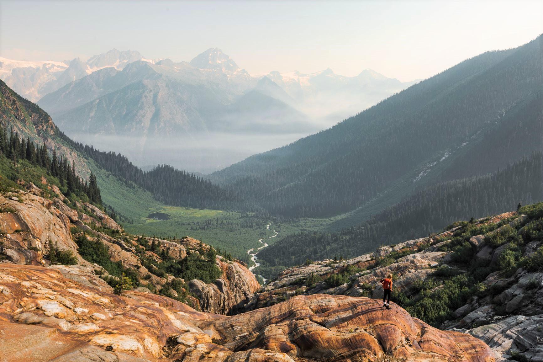 カナダらしい光景が広がる山上の別天地を独り占めにして歩く贅沢なひととき