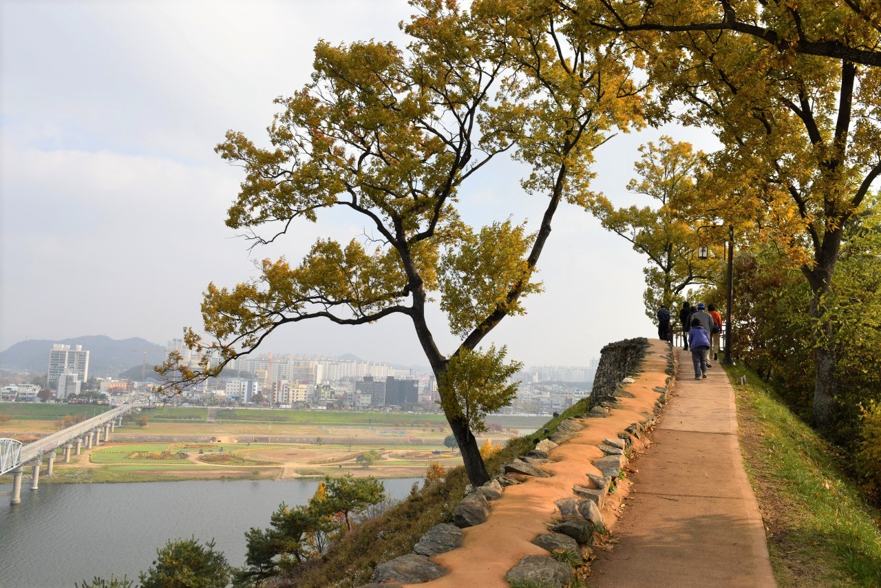 眺めの良い公山城の城壁の上を行く(4日目)