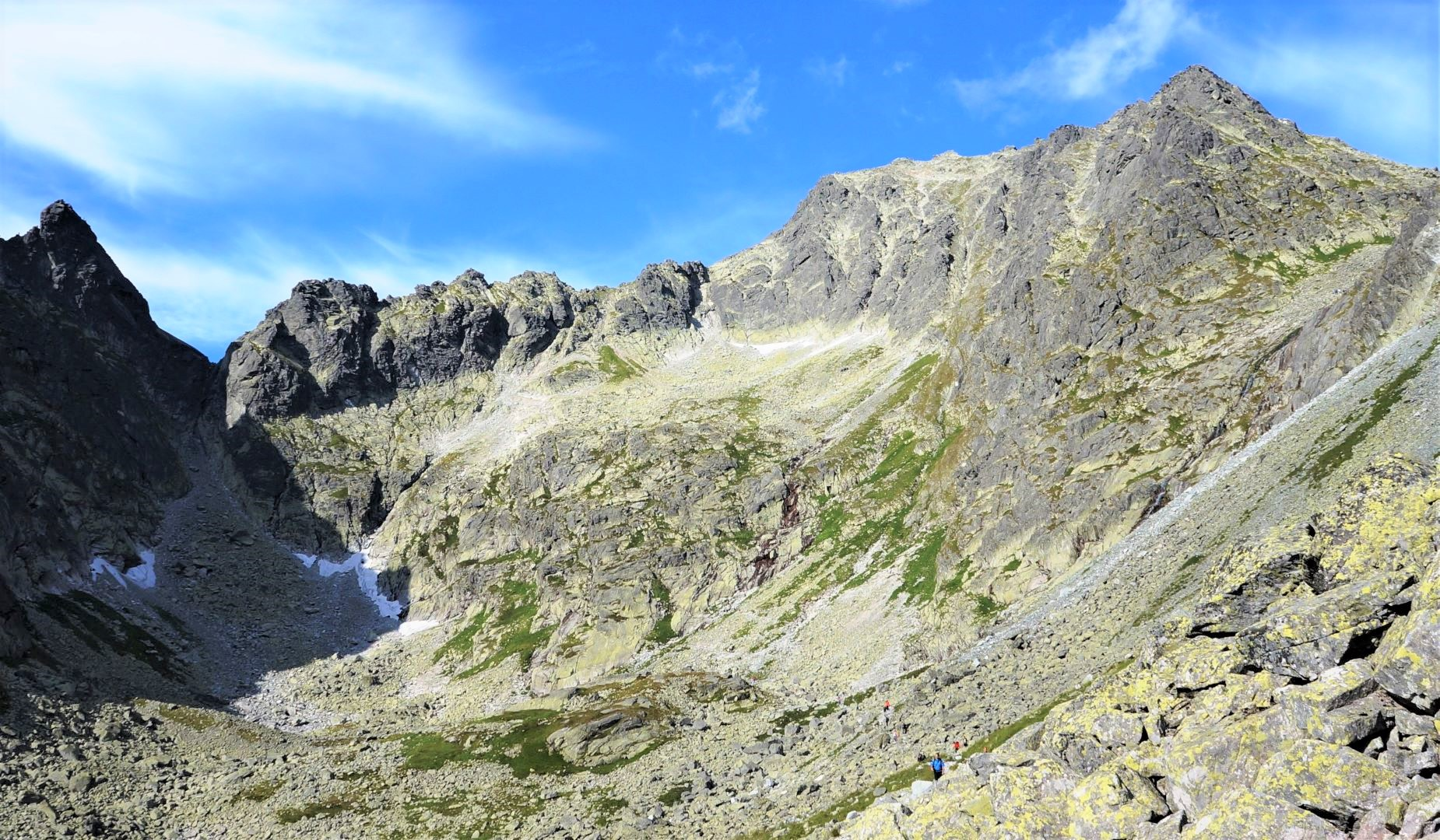 ポーランド最高峰リシィ山(2,499m、右)を望む(5日目)