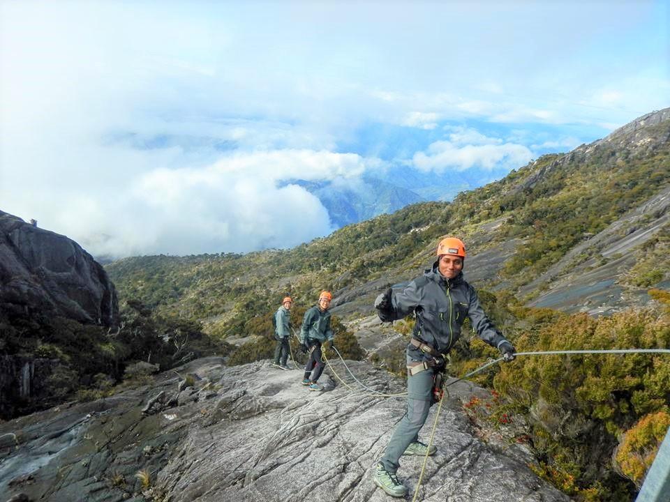世界で最も高い場所にあるルートとしてギネスブックにも登録されたヴィア・フェラータで空中散歩を楽しむ