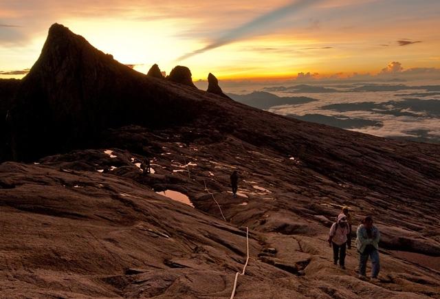 登頂日は未明に登山を開始。頂上台地で夜が明けてくる