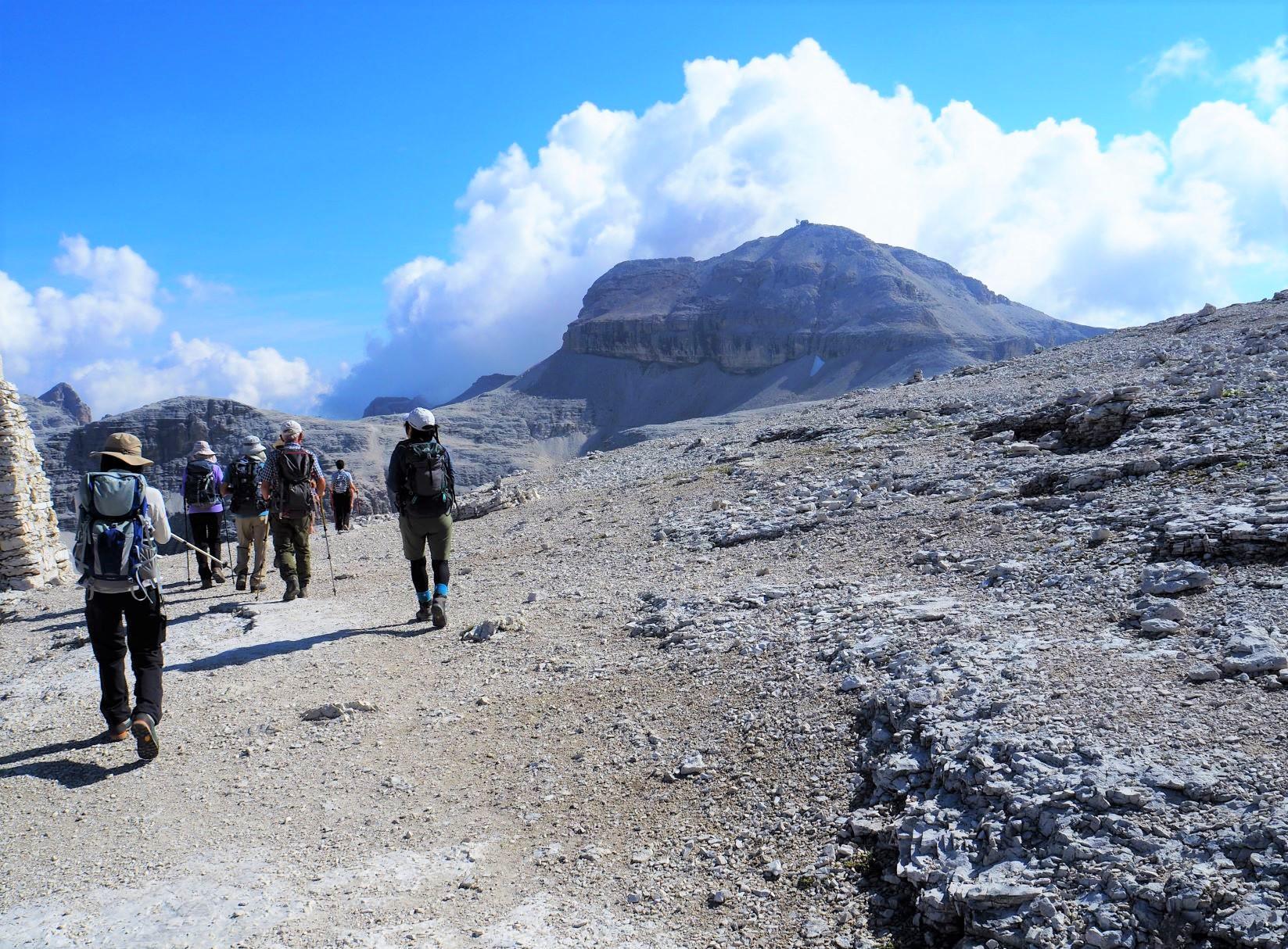 セッラ山塊最高峰ピッツ・ボエ(3,152m)の山頂を目指して台地を歩く(6日目)