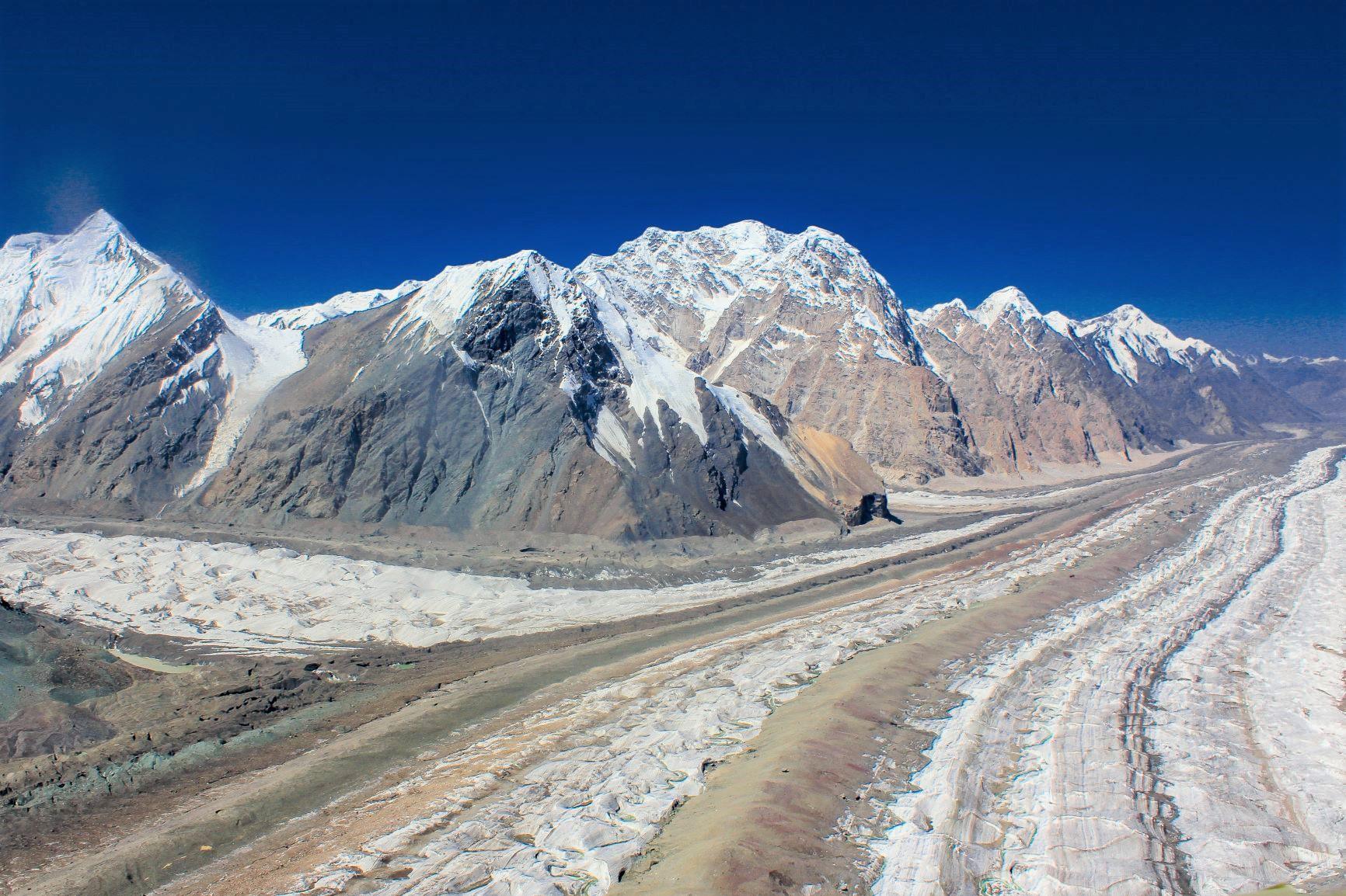 ベースキャンプへ向かうヘリコプターから長大な氷河を望む