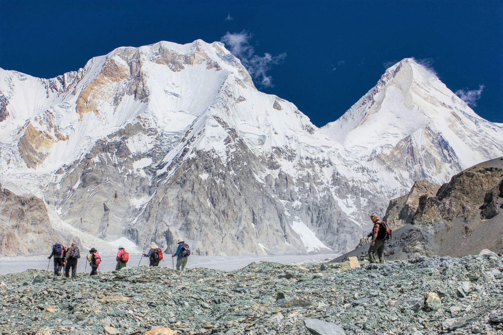 ベースキャンプ周辺から至近距離に迫る天山山脈の山々