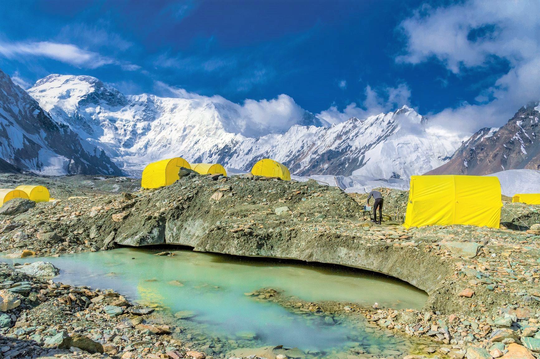 氷雪峰に囲まれたポベーダ氷河上のベースキャンプに滞在し、撮影を存分に楽しむ