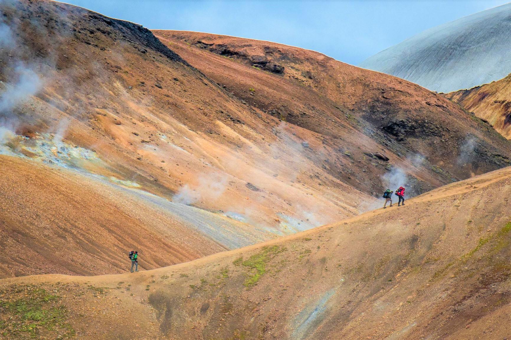 噴気孔の点在する地熱地帯を進む(3日目)
