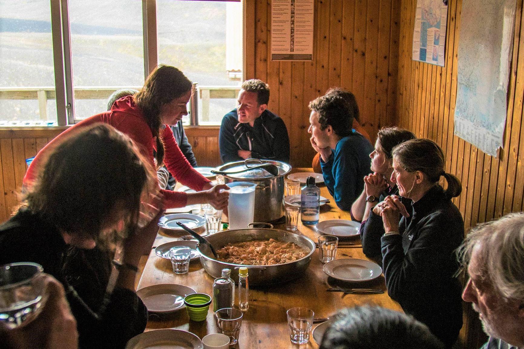 山小屋での食事風景