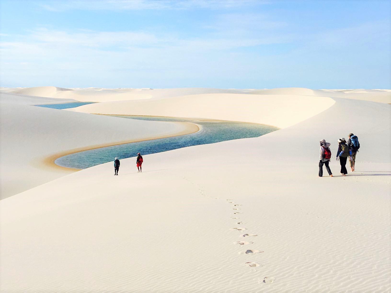 白い砂漠トレッキング、点在する青いラグーンが美しい