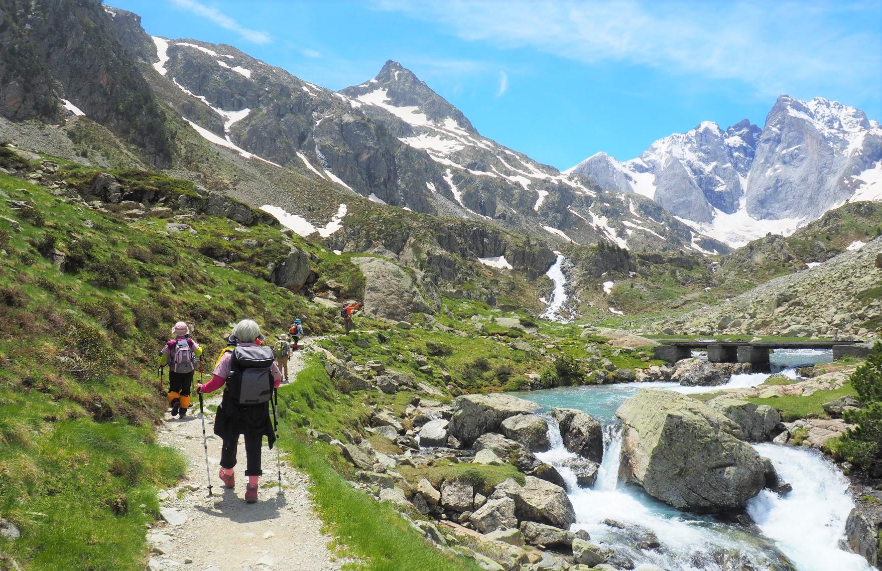 北壁が美しいビニュマール峰(右)の展望地へ(5日目)
