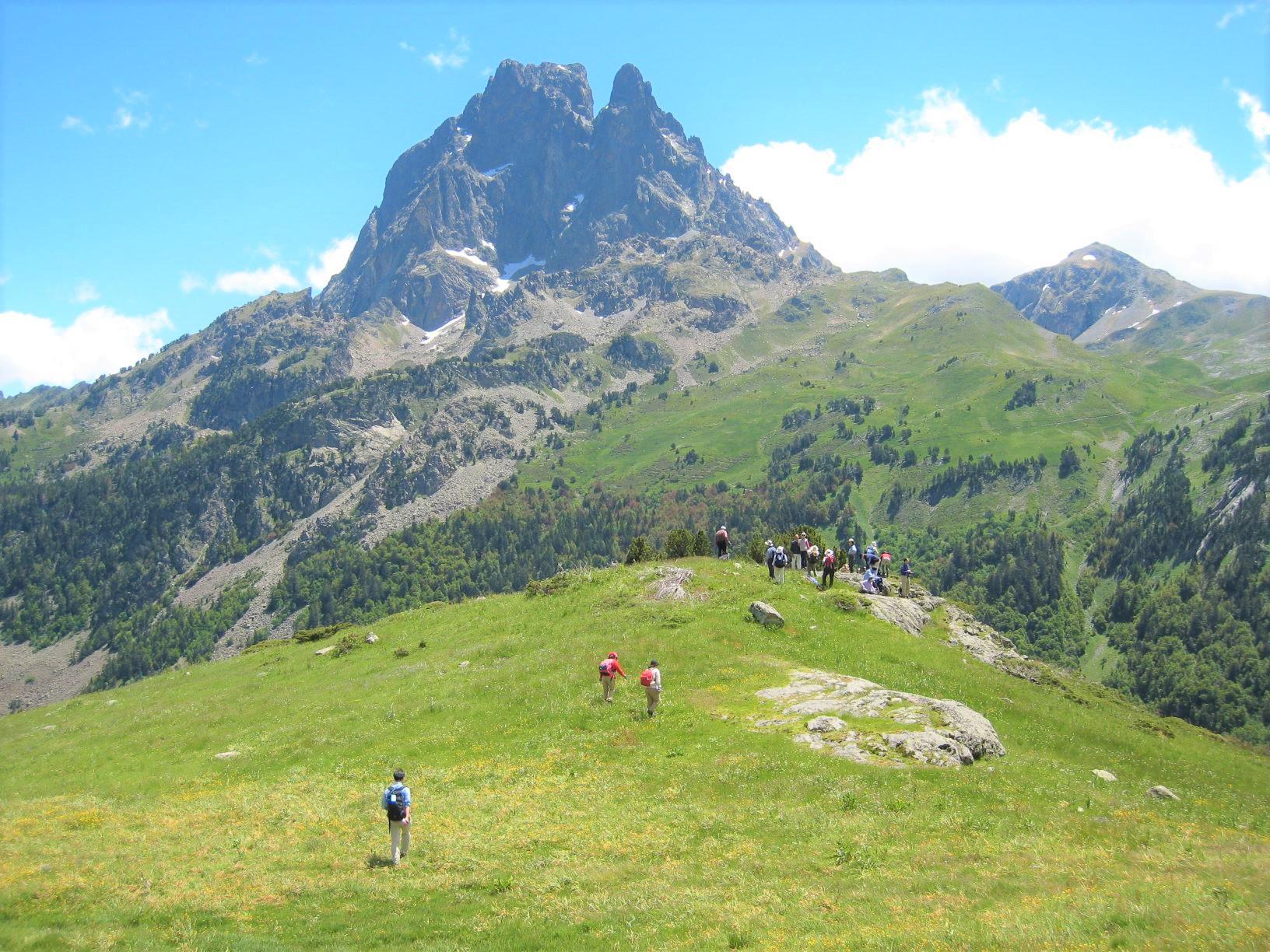 大岩峰がそびえるピック・デュ・ミディ・ドッソオを展望しながらハイキング(6日目)