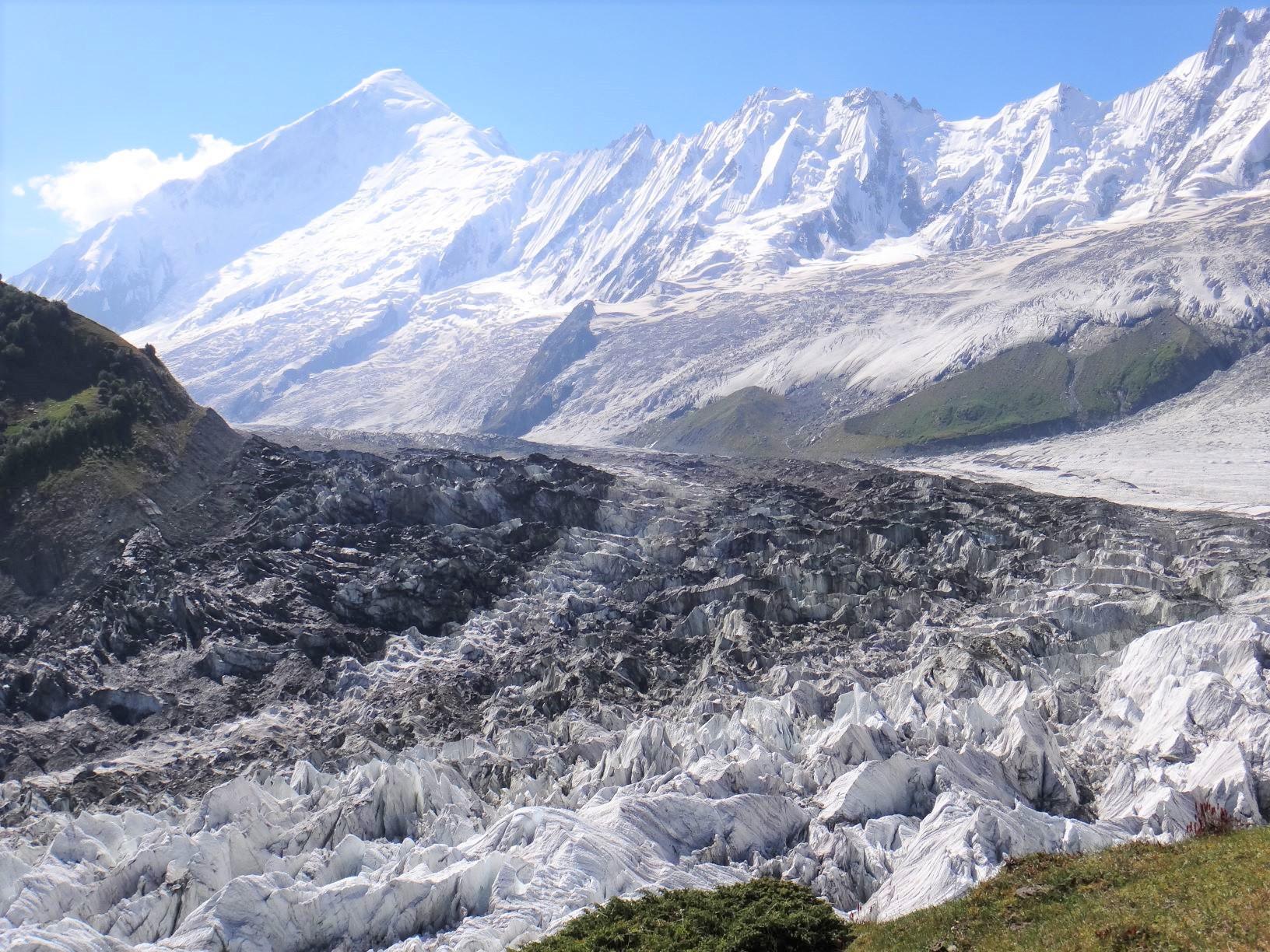 ベースキャンプ付近からのディランとミナピン氷河(5日目)