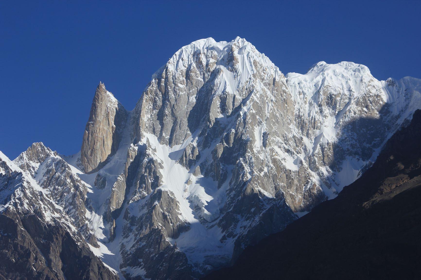 フンザからのレディフィンガー(6,000m)(左)とフンザピーク(6,270m)(右)