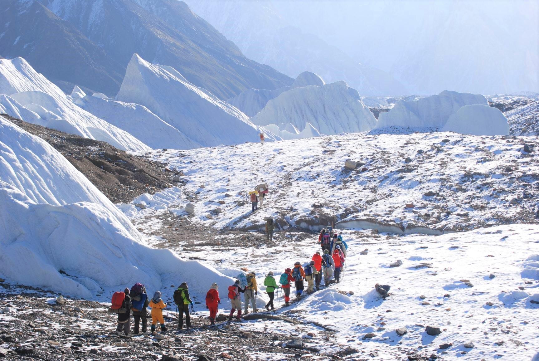 バルトロ氷河上を大きな氷塔の間を歩く