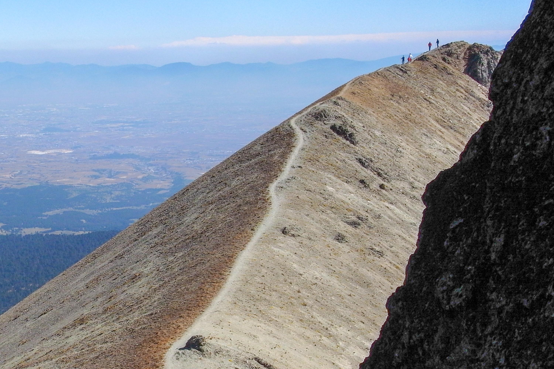 トルーカ山の稜線を行く