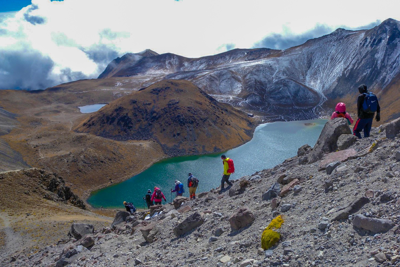 トルーカ山稜線からカルデラ湖をのぞむ